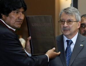 Bolivian President Evo Morales (L) holds The Union of South American Nations report given by Argentinean lawyer and chief of the UNASUR commission, Rodolfo Mattarollo during a ceremony at the presidential palace in La Paz, December 3, 2008. The UNASUR commission presented the Bolivian government conclusions of investigations on the September 11 strikes between farmer supporters of President Evo Morales and autonomy activists in Pando province. REUTERS/David Mercado (BOLIVIA)
